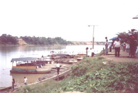 Bootshafen in einer Urwaldstadt.